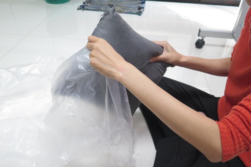 ถ้าเป็นหมอน ผ้าห่ม หรือ ผ้าม่าน แนะนำให้ใส่ถุงพลาสติดแล้วผูกทิ้งไว้ 2 ชั่วโมงขึ้นไป จากนั้นนำไปสะบัด ปัดออก ที่นอกหน้าต่างค่ะ