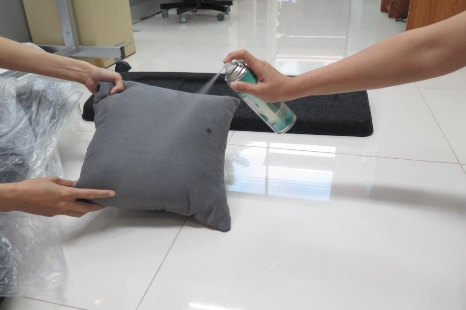 กรณีฉีดหมอน หรือที่นอน แนะนำให้ถอดปลอกหมอน หรือผ้าปลูกที่นอน ออกก่อนนะคะ เพื่อเพิ่มประสิทธิภาพในการกำจัดไรฝุ่น ^^